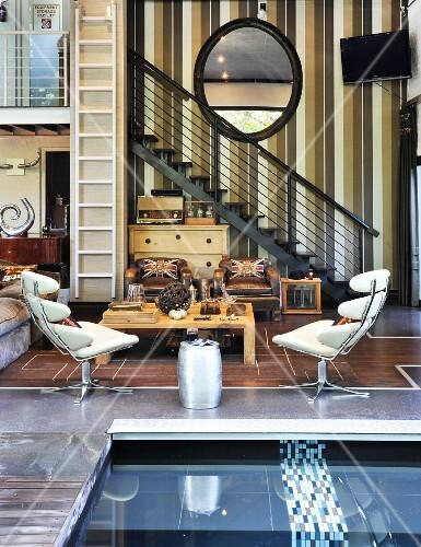 wohnzimmer mit galerietreppe und wasserbecken im retro stil mit amerikanischem flair bild. Black Bedroom Furniture Sets. Home Design Ideas