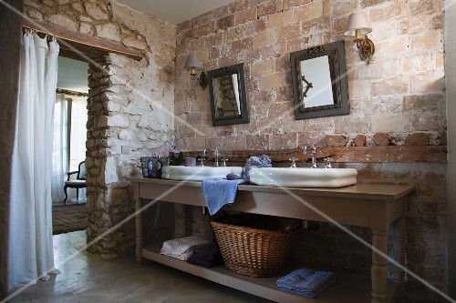 waschtisch mit zwei becken vor rustikaler ziegelwand im. Black Bedroom Furniture Sets. Home Design Ideas