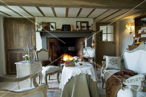 nostalgisches wohnzimmer im landhausstil mit vintagem beln