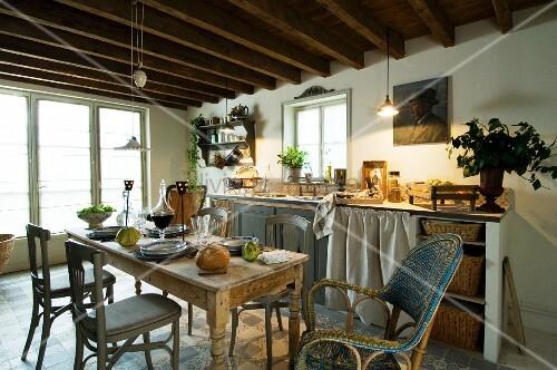 Einfache Küchenzeile mit Vorhang und Aufbewahrungskörben