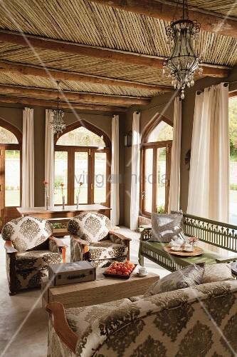 Wohnzimmer im marokkanischen Stil mit Holzbalkendecke ...