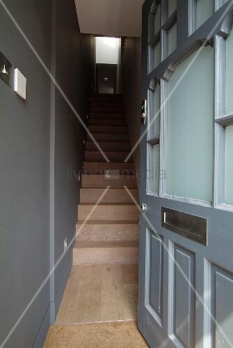 Blick durch offene eingangst r in grau get ntem for Treppenhaus grau