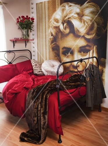 schwarzes metallbett mit weinroter bettw sche und pelz tagesdecke an der wand ein gro es. Black Bedroom Furniture Sets. Home Design Ideas
