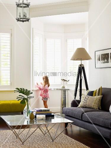 gem tliche elegante wohnzimmerecke mit glascouchtisch und. Black Bedroom Furniture Sets. Home Design Ideas