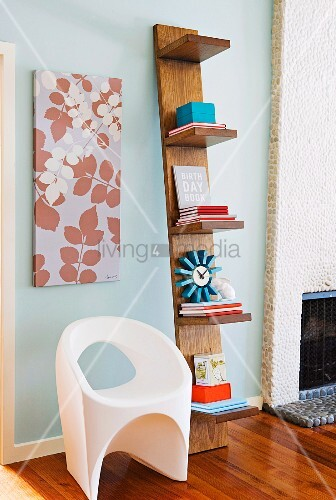 originelles an der wand lehnendes b cherregal bild. Black Bedroom Furniture Sets. Home Design Ideas
