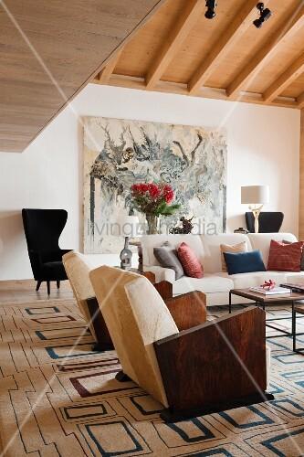 sessel mit holz armlehnen und sofa auf teppich mit geometrischem retromuster im wohnzimmer mit. Black Bedroom Furniture Sets. Home Design Ideas