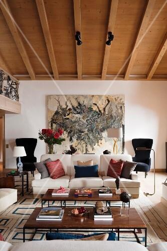 couchtische im 60er jahre stil und sofa mit verschiedenen kissen im wohnzimmer mit. Black Bedroom Furniture Sets. Home Design Ideas