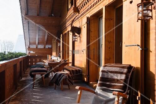 Liegestuhl mit tagesdecke und sitzplatz auf balkon eines for Innendesigner schweiz