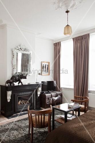 kamin mit tierfiguren wandspiegel und koffer in der ecke des schlafzimmers bild kaufen. Black Bedroom Furniture Sets. Home Design Ideas