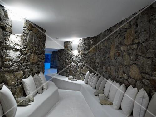 natursteinwand wohnzimmer grau heimelige stimmung im rundbogen einer hausfassade aus naturstein