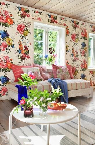 Tapete mit blumenmuster in dem wohnzimmer eines holzhauses for Blumenmuster tapete
