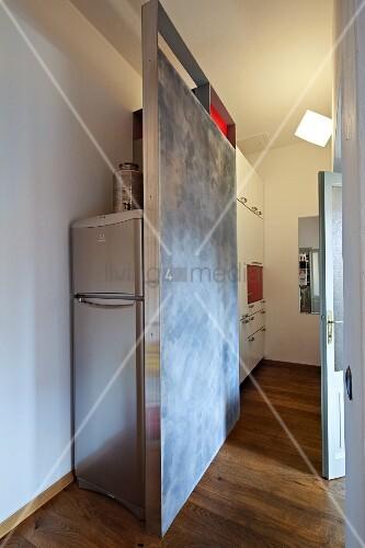 Selbstgebauter Raumteiler vor Kühlschrank in moderner Küche ...
