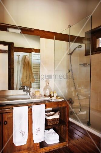 badezimmer mit waschtisch unterschrank daneben badewanne