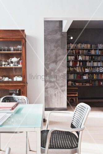 moderner designer essplatz und alter geschirrschrank im. Black Bedroom Furniture Sets. Home Design Ideas