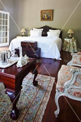 herrschaftliches schlafzimmer mit antiquit ten im. Black Bedroom Furniture Sets. Home Design Ideas