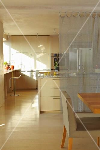 essbereich vor offener küche mit mittelblock und transparenter ... - Küche Mittelblock