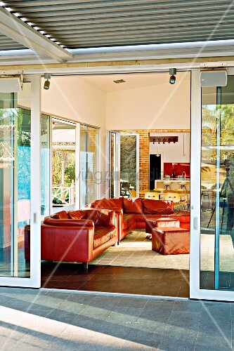 blick von terrasse durch offene schiebet r auf rote. Black Bedroom Furniture Sets. Home Design Ideas