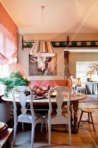 B Uerlicher Esstisch Vor Fenster Kuhportrait Ber Sofa Im Hintergrund Bild Kaufen Living4media