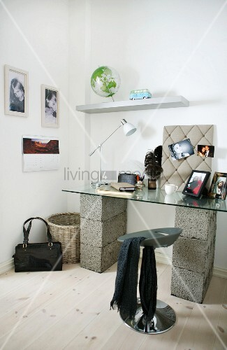 improvisierte arbeitsecke glasplatte auf betonsteinen und designer hocker in zimmerecke bild. Black Bedroom Furniture Sets. Home Design Ideas