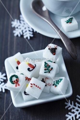 zuckerw rfel mit weihnachtsmotiven aus lebensmittelfarbe in einer porzellanschale bild kaufen. Black Bedroom Furniture Sets. Home Design Ideas
