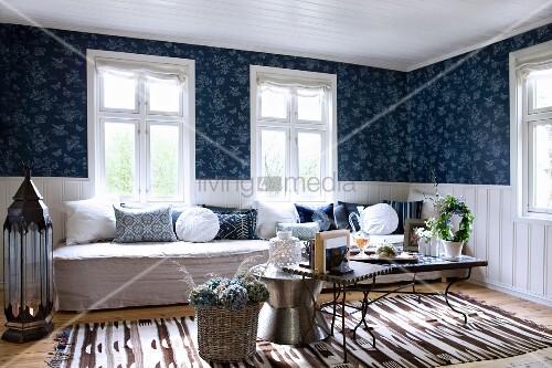 gem tliches wohnzimmer mit verschiedenen beistelltischen vor langer sitzbank am fenster und. Black Bedroom Furniture Sets. Home Design Ideas