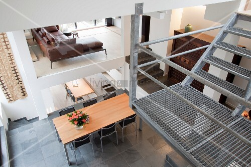 Podest einer metallgittertreppe in offenem wohnraum mit for Innendesigner schweiz