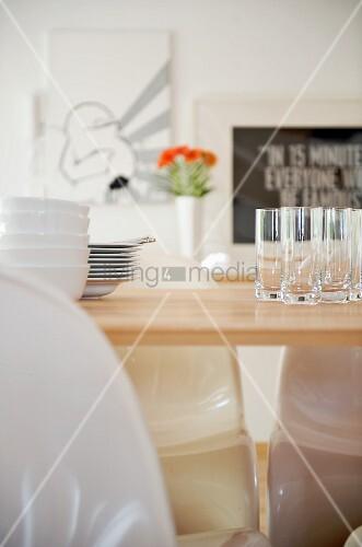 schalenstapel und gl ser auf tisch bild kaufen living4media. Black Bedroom Furniture Sets. Home Design Ideas