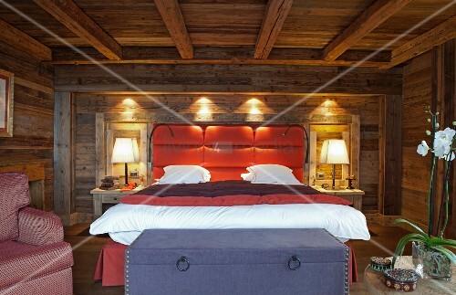 modernes doppelbett mit gepolstertem kopfteil an wand in. Black Bedroom Furniture Sets. Home Design Ideas