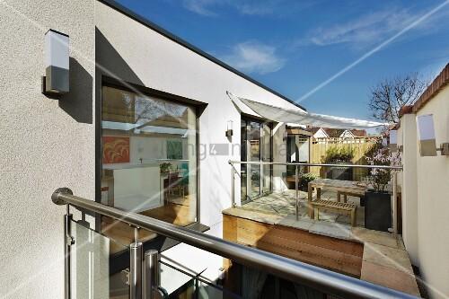 blick auf terrasse mit sonnensegel bild kaufen. Black Bedroom Furniture Sets. Home Design Ideas