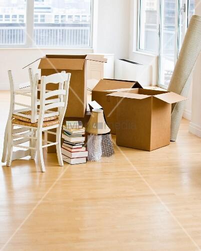 umzugskartons und st hle im wohnzimmer bild kaufen. Black Bedroom Furniture Sets. Home Design Ideas