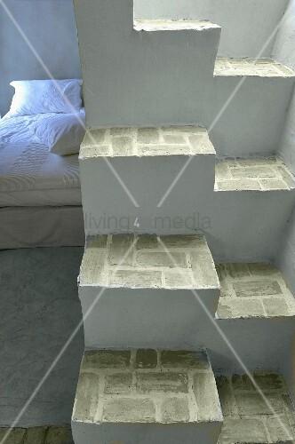 bett hinter gemauerter sambatreppe bild kaufen. Black Bedroom Furniture Sets. Home Design Ideas