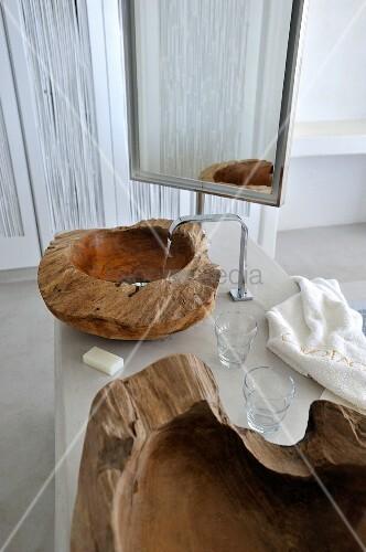 waschtisch mit sch ssel aus teilweise naturbelassenem. Black Bedroom Furniture Sets. Home Design Ideas