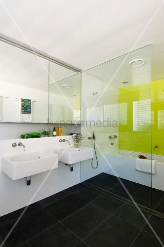 modernes weisses badezimmer mit anthrazitfarbenen bodenfliesen und einer zitronengelben wand. Black Bedroom Furniture Sets. Home Design Ideas