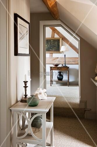 offene t r unter der dachschr ge mit blick auf die fachwerkwand und ein daran h ngendes. Black Bedroom Furniture Sets. Home Design Ideas