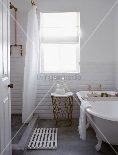 weiss gefliestes badezimmer mit betonestrich antiker badewanne und einen mit einem duschvorhang. Black Bedroom Furniture Sets. Home Design Ideas