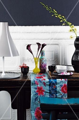 antiker holztisch an weisser wandverkleidung auf dem tisch asiatisches geschirr vasen und eine. Black Bedroom Furniture Sets. Home Design Ideas