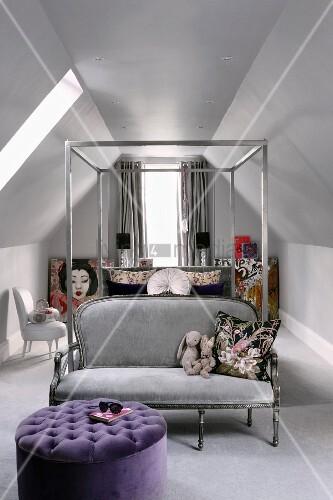 metall himmelbett unter den dachschr gen mit silbergrauer couch am fussende und davorstehendem. Black Bedroom Furniture Sets. Home Design Ideas