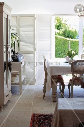 l ndlicher rokoko stil essplatz vor terrassent r mit gartenblick und wei em faltfensterladen. Black Bedroom Furniture Sets. Home Design Ideas
