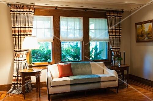 helles sofa und runde beistelltische vor fenster mit. Black Bedroom Furniture Sets. Home Design Ideas