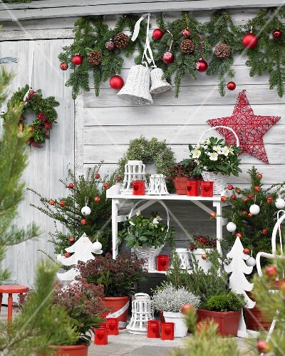 weihnachtlich dekorierte terrasse in rot und weiss bild kaufen living4media. Black Bedroom Furniture Sets. Home Design Ideas