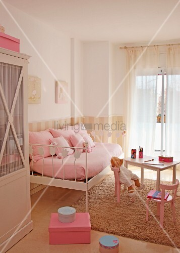 romantisches kinderzimmer in zartem rosa mit metallbett. Black Bedroom Furniture Sets. Home Design Ideas