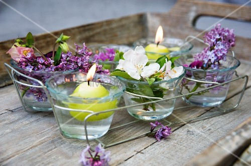 Kerzendeko mit schwimmkerzen flieder obstbl ten bild for Schwimmkerzen kaufen