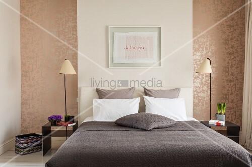 franz sisches bett mit kopfteil umgeben von. Black Bedroom Furniture Sets. Home Design Ideas