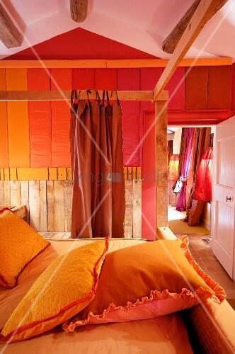 Minimalistisches Himmelbett Vor Wand Mit : Gelb bezogene kissen auf himmelbett mit holzgestell