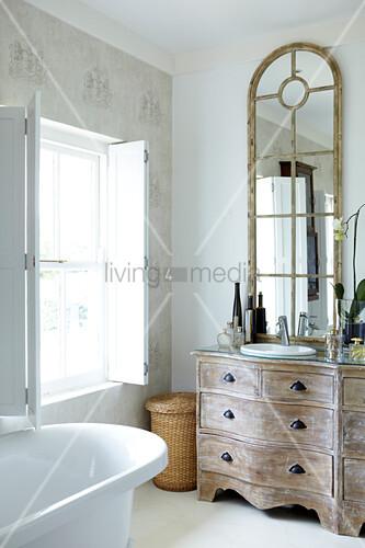 badezimmer mit sprossenspiegel auf geschwungener shabby. Black Bedroom Furniture Sets. Home Design Ideas