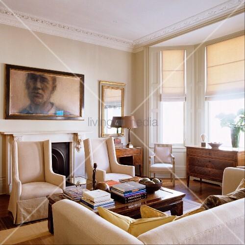 Elegante helle sesseln vor wand mit portrait im wohnzimmer mit stuckfries an decke und erker - Elegante wohnzimmer ...