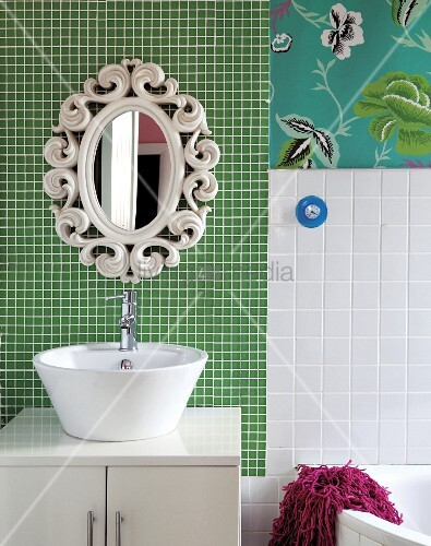 Weisse waschsch ssel auf unterschrank und retro spiegel an - Flecken weisse wand entfernen ...