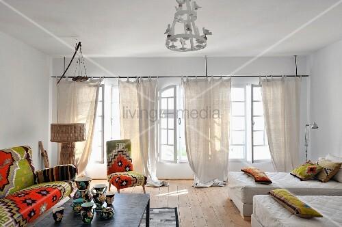 sofa sessel und dekokissen mit bez gen im nordafrikanischen stil gemusterte porzellanvasen auf. Black Bedroom Furniture Sets. Home Design Ideas