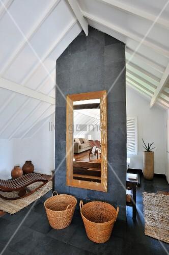weidenk rbe auf boden vor spiegel an raumteiler mit grauen. Black Bedroom Furniture Sets. Home Design Ideas