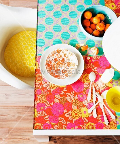 im hippie look farbenfroh mit floral gemustertem geschenkpapier selbst gestalteter glastisch. Black Bedroom Furniture Sets. Home Design Ideas
